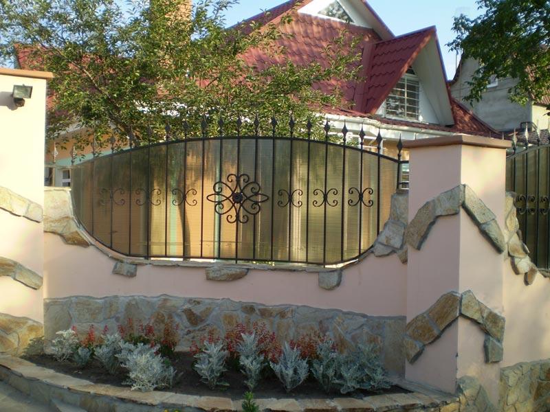 Забор из ковки и поликарбоната