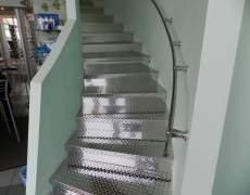 Лестница со ступенями из нержавейки